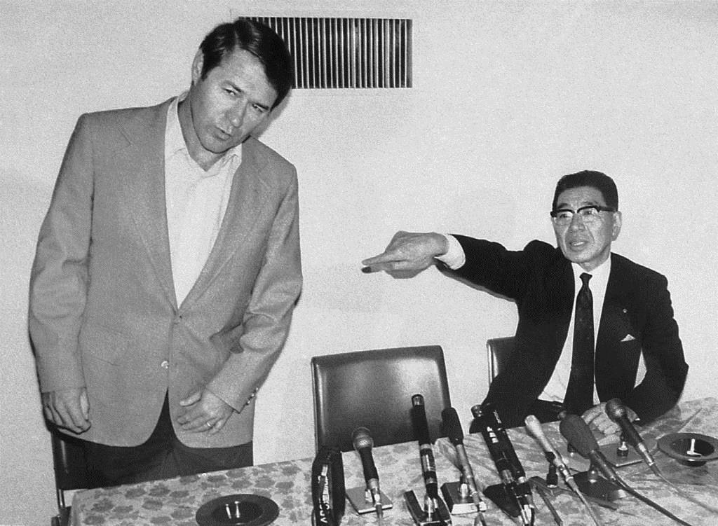 ブレイザー監督(左)の退団を発表する阪神・小津球団社長