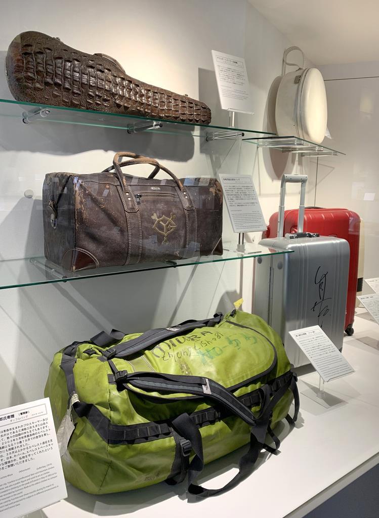 著名人からの寄贈品が並ぶ「世界のカバン博物館」の「わたしのカバン」コーナー=東京都台東区