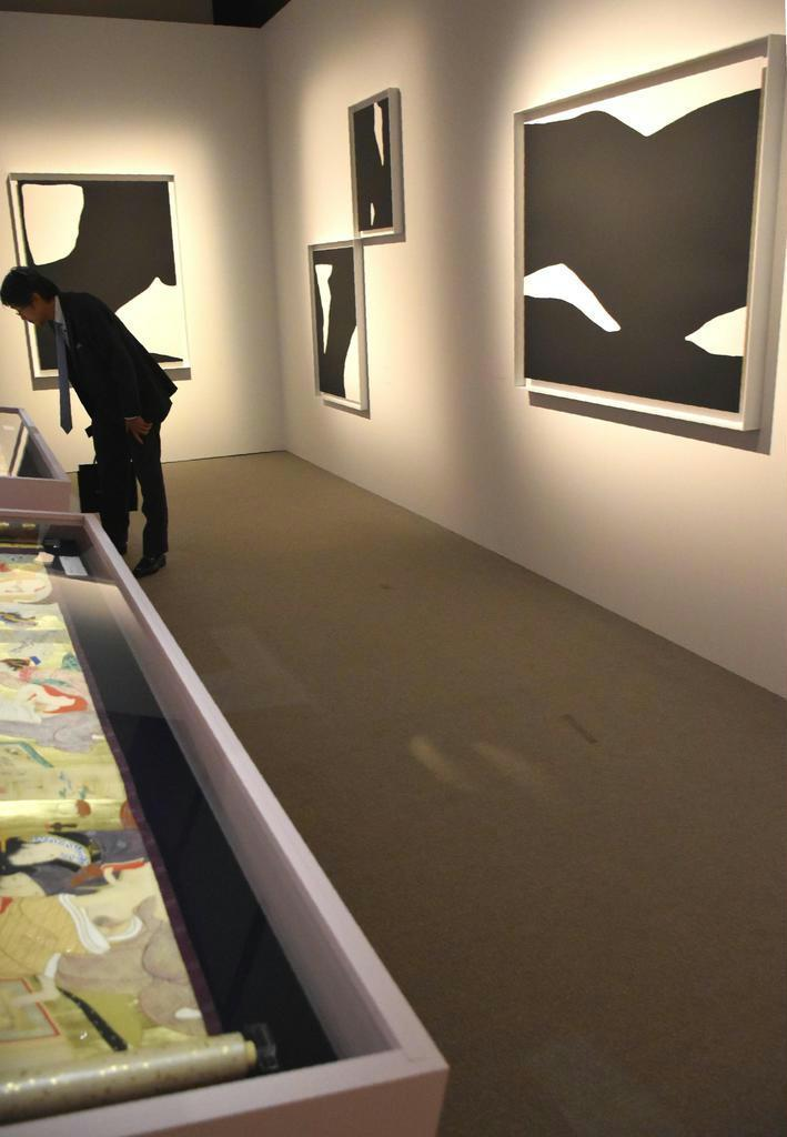 鳥文斎栄之の鮮やかな肉筆春画(左)とピエール・セルネの写真作品。対照的な作品が同じ空間で融合する
