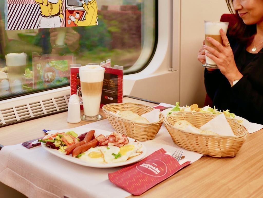 チェコ国鉄の食堂車の朝食。玉子やベーコン、ソーセージは食堂車に併設したキッチンで焼き立て。もちろんビールも揃っている