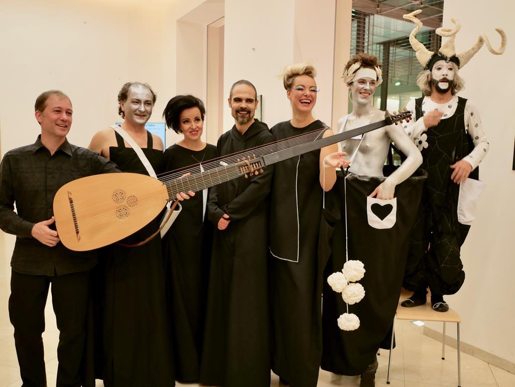 現代オペラ「ラ ダフネ」の出演者たち。上演された「レドゥタ劇場」は、モーツァルトが少年時代にピアノコンサートを開いたと言われている