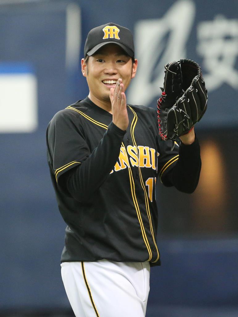 六回、手を叩きながらベンチに戻る阪神・西勇輝=24日、京セラドーム大阪(岡田茂撮影)