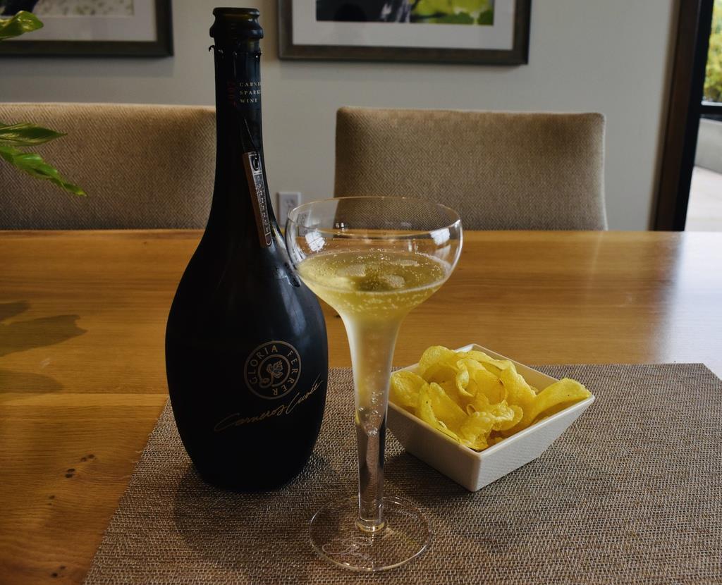 最上級の「カーネロス キュヴェ」には、ポテトチップスのトリュフ塩味。通称マリー・アントワネットグラス(クープグラス)で気分も盛り上がる