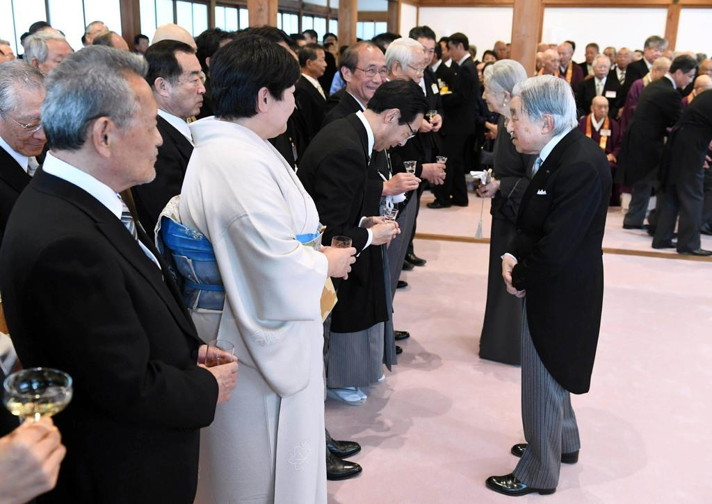 招待客らと歓談される天皇、皇后両陛下=25日午後4時38分、京都市上京区の京都御所(代表撮影)