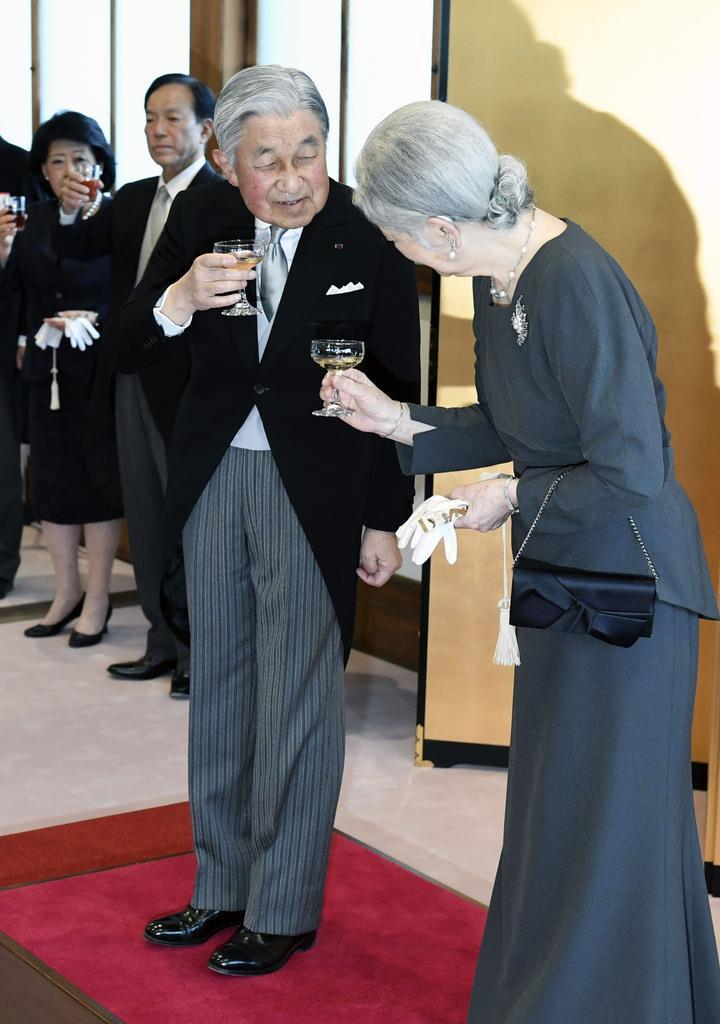 京都御所の茶会で、乾杯される天皇、皇后両陛下=25日午後(代表撮影)