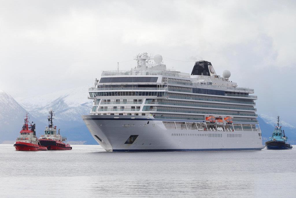 タグボートに寄り添われながら入港する豪華客船「バイキングスカイ」=24日(ロイター)