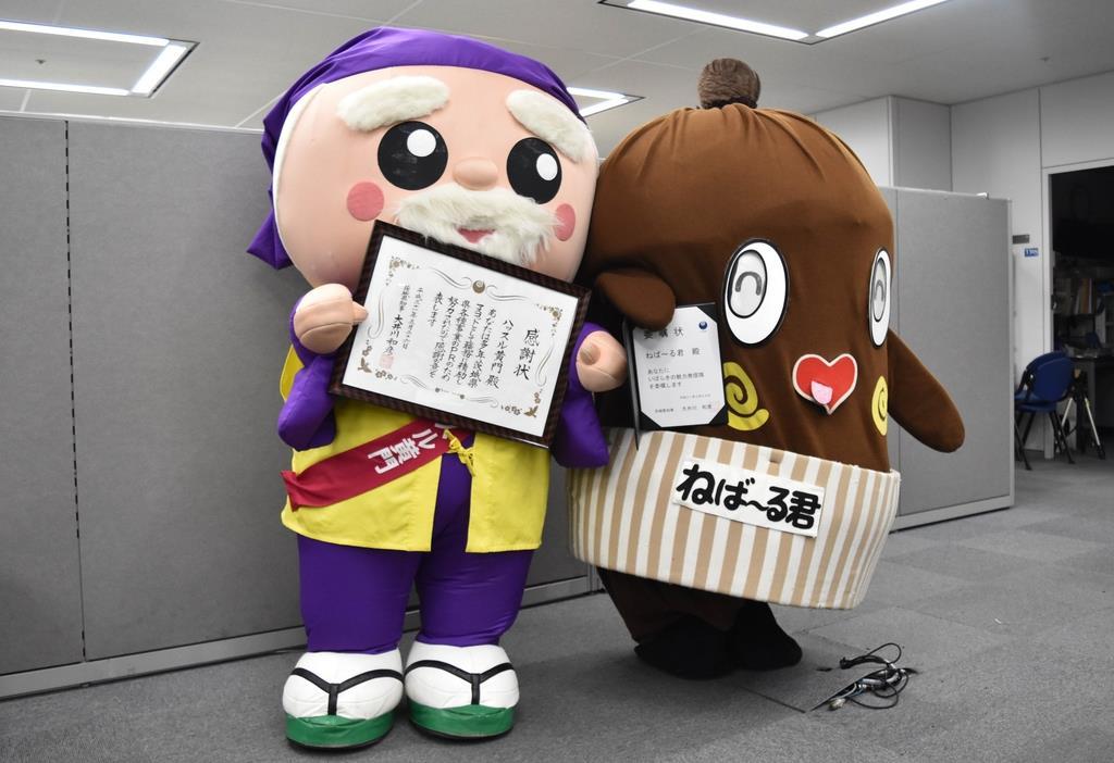 茨城県のマスコットキャラクターを引退する「ハッスル黄門」(左)と「いばらきの魅力発信隊」に就任した納豆の妖精「ねば~る君」=26日午後、同県庁(丸山将撮影)