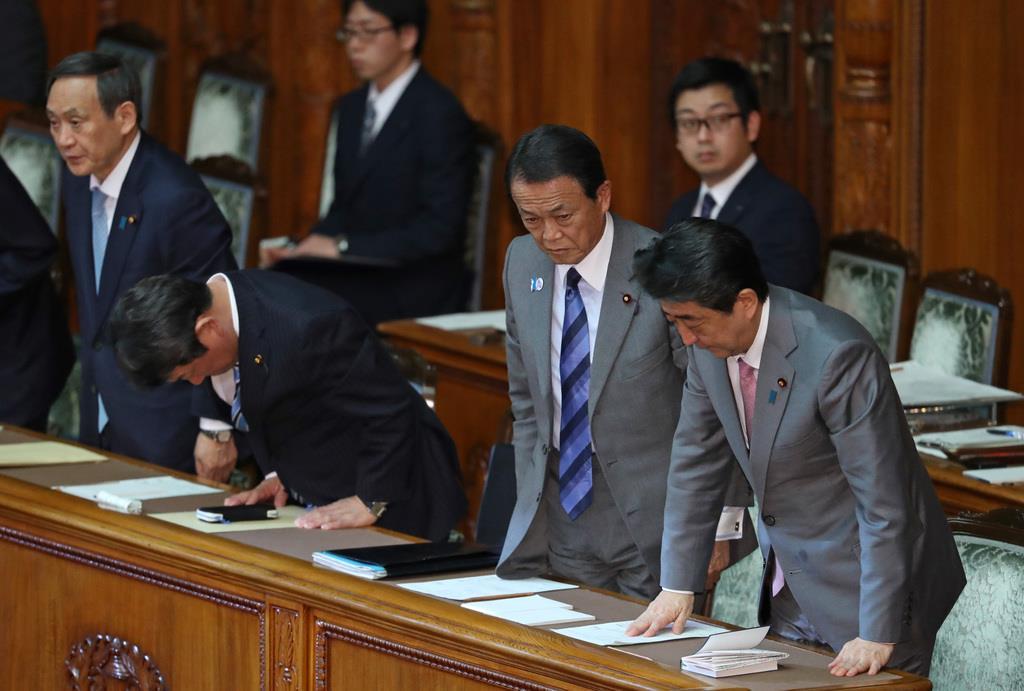 参院本会議で平成31年度予算が可決成立し、頭を下げる安倍晋三首相(手前)ら=27日午後、国会(桐原正道撮影)