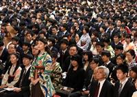 京大で卒業式 和装姿や着ぐるみ…2876人