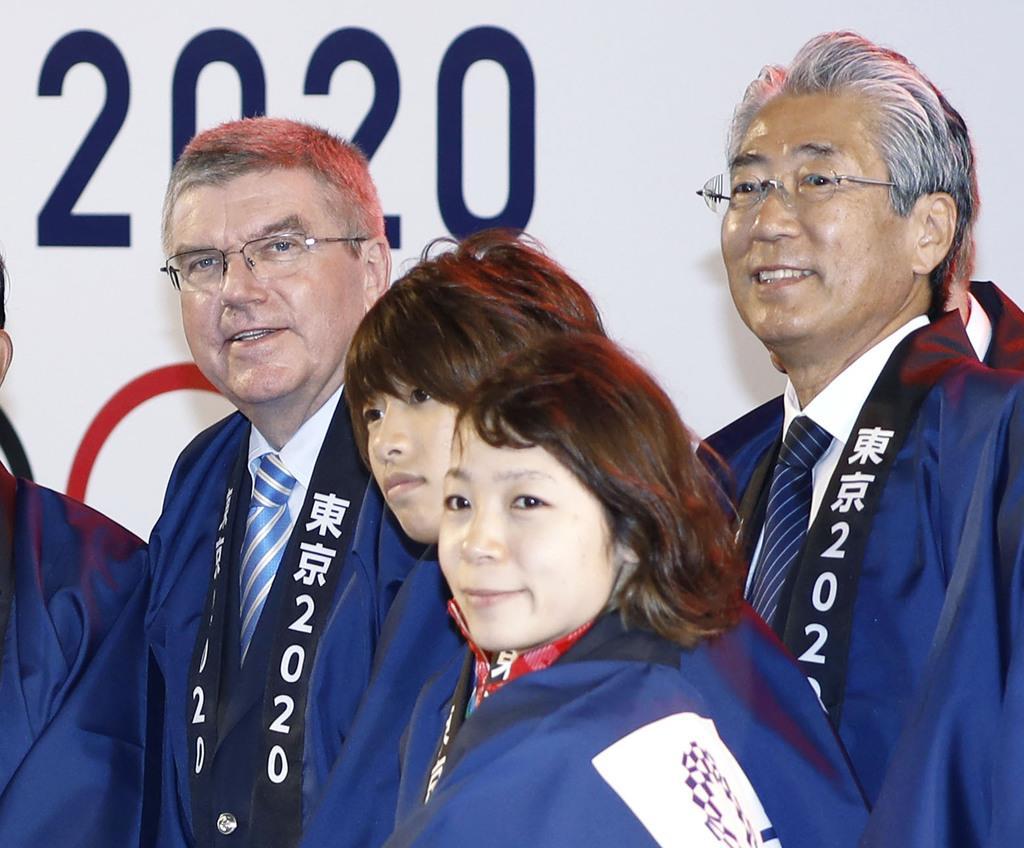 2016年8月、ジャパンハウスで行われたレセプションに出席し、(左端から)IOCのバッハ会長、柔道の近藤亜美選手、重量挙げの三宅宏実選手と写真に納まる竹田恒和JOC会長=リオデジャネイロ(共同)