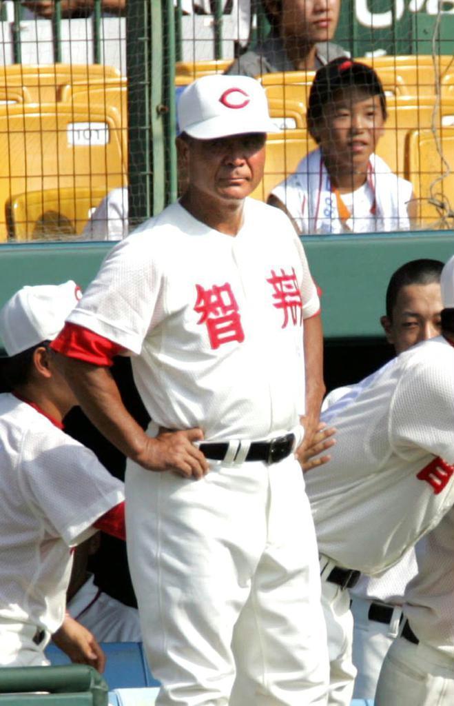 甲子園ではベンチでの「仁王立ち」で知られた高嶋仁氏 =平成18年8月、甲子園球場