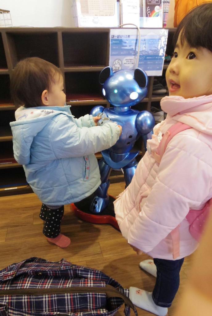 個人を見分けて声をかけてくる保育ロボット「ビーボ」(中央奥)=東京都豊島区の「あい・あい保育園」