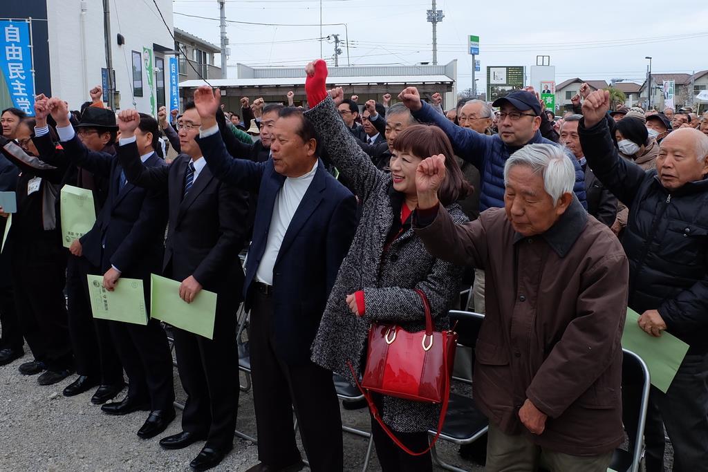 千葉県議選の出陣式で拳を突き上げる支持者ら=29日正午、千葉県船橋市(塩塚保撮影)