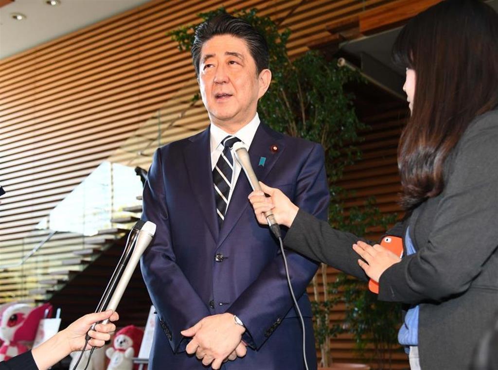 首相官邸に入り、記者の質問に答える安倍晋三首相=1日、官邸(川口良介撮影)