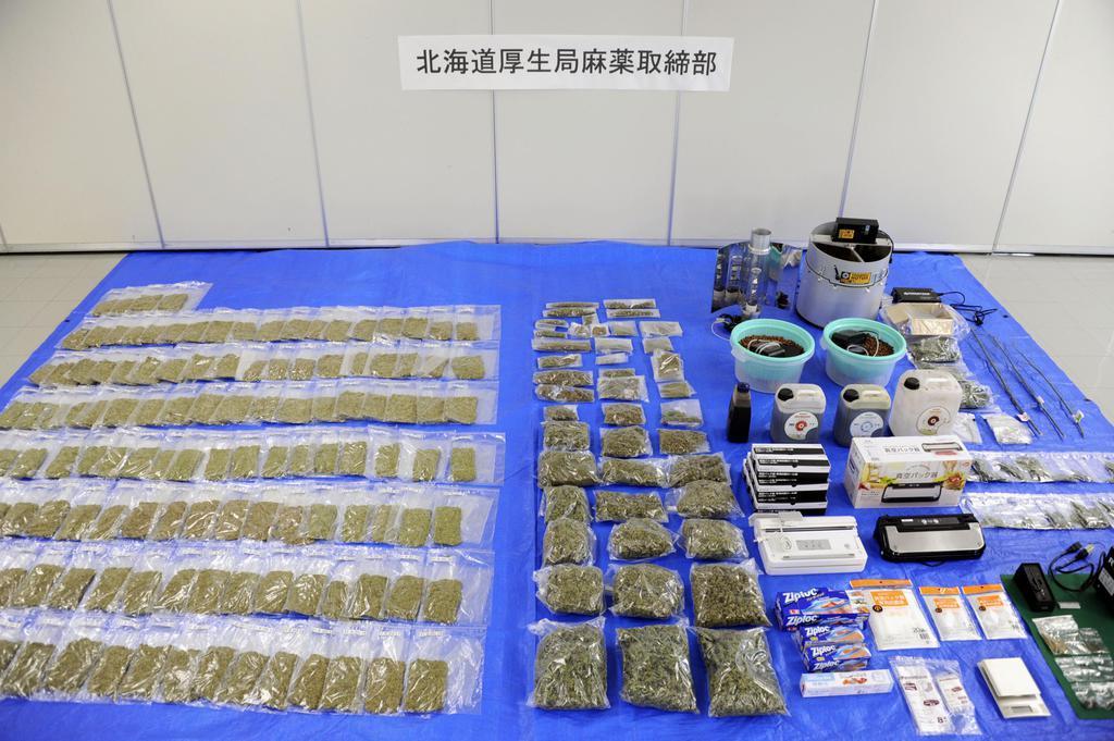 札幌市内の民家から押収された乾燥大麻など=2日午前、札幌市