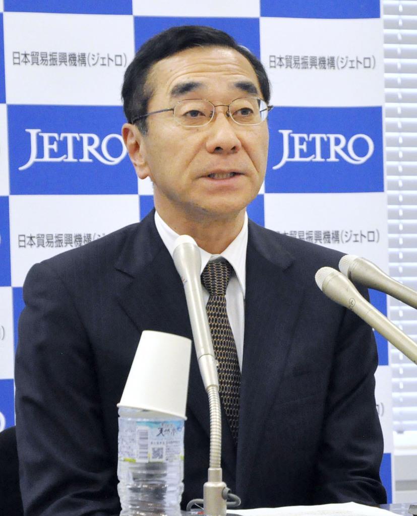 記者会見するジェトロの佐々木伸彦理事長=2日午後、東京都港区