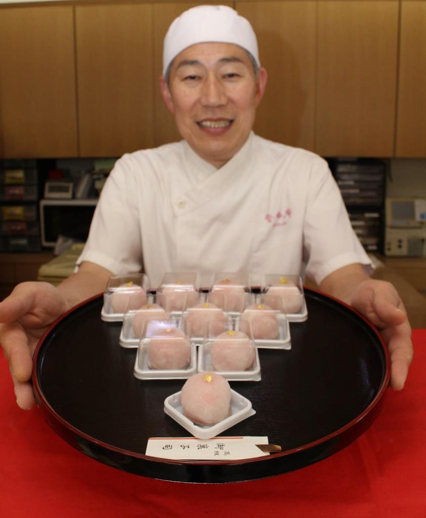 元号にちなみ発売された生菓子「令和」=和歌山市の紫香庵