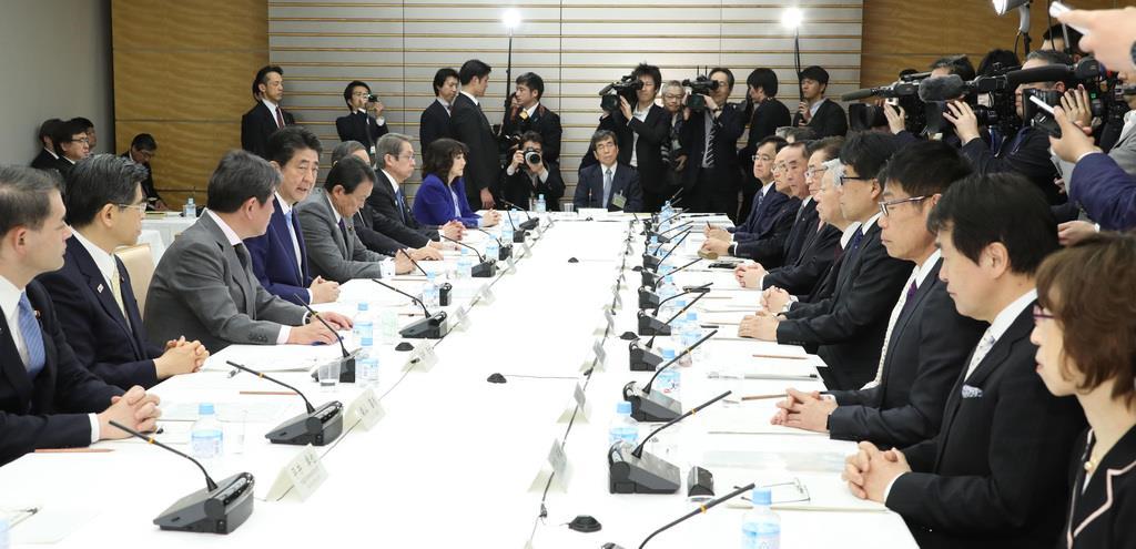 未来投資会議で発言する安倍晋三首相(左手前から4人目)=3日午後、首相官邸(春名中撮影)