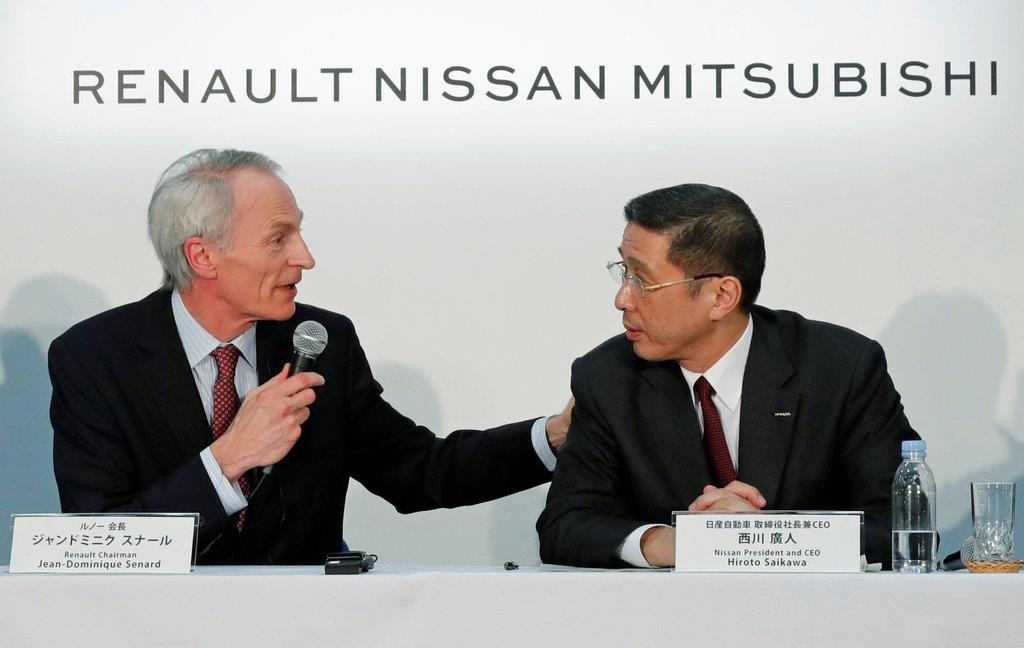 共同記者会見に臨む西川日産社長(右)とスナ-ル・ルノーCEO=3月12日、横浜市(ロイター)