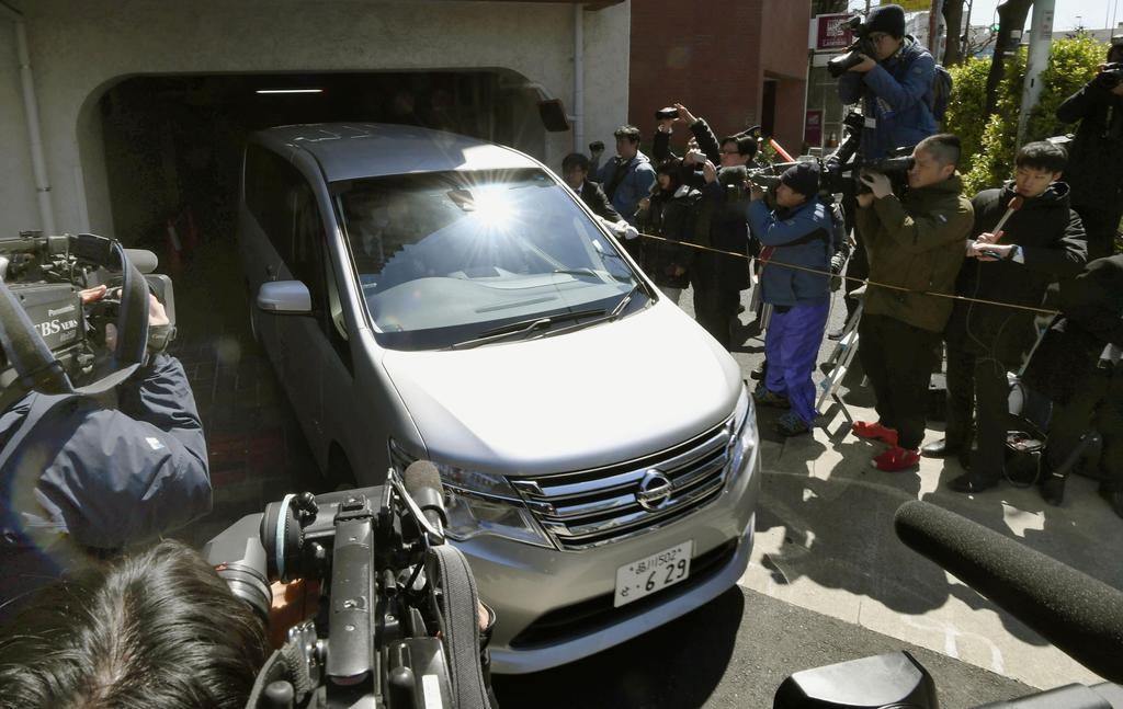 カルロス・ゴーン容疑者が住む東京都内のマンションを出る東京地検の車両=4日午前10時34分