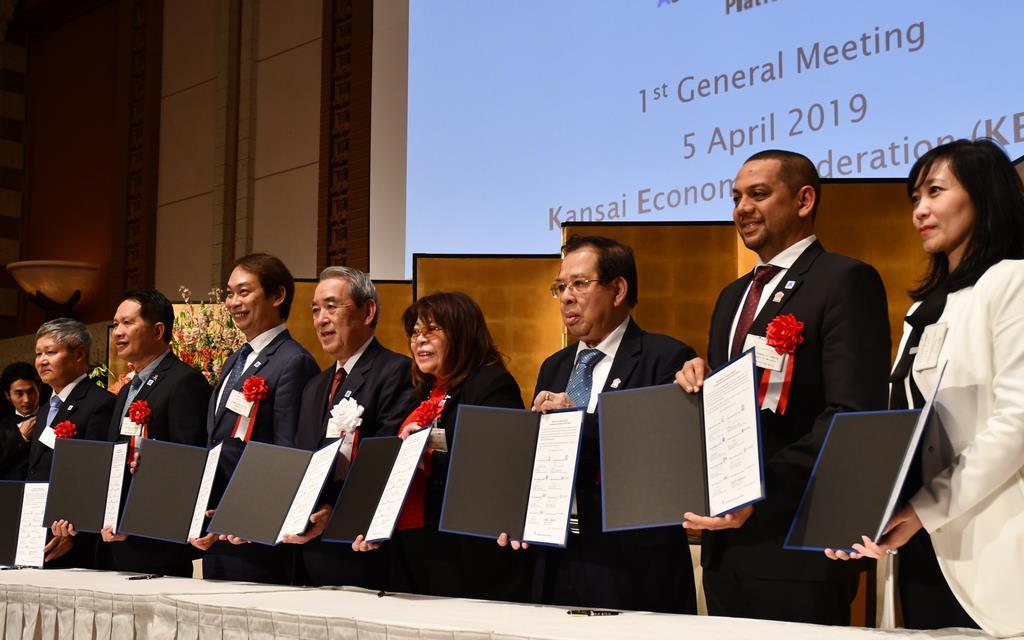 「ABCプラットフォーム」の設立合意書に署名した各国の経済団体の代表ら=5日、大阪市北区
