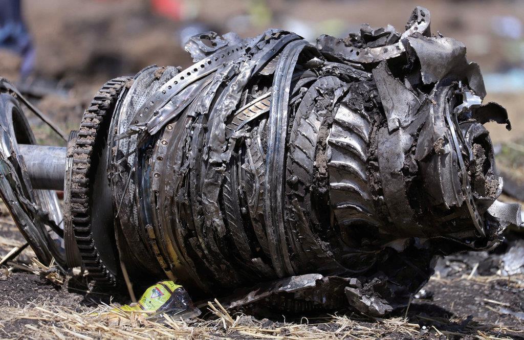 エチオピア航空機の墜落で見つかった部品=3月11日、アジスアベバの南東(ロイター)