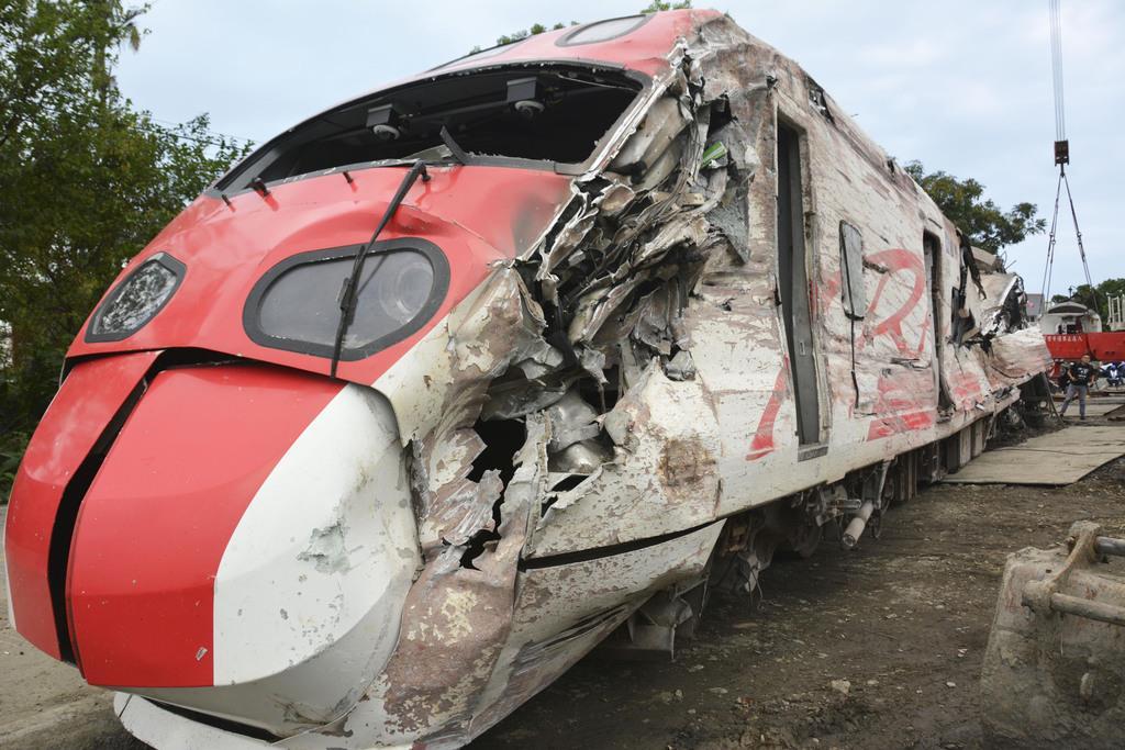 台湾の特急列車脱線事故で損壊した先頭車両=2018年10月、宜蘭県(共同)