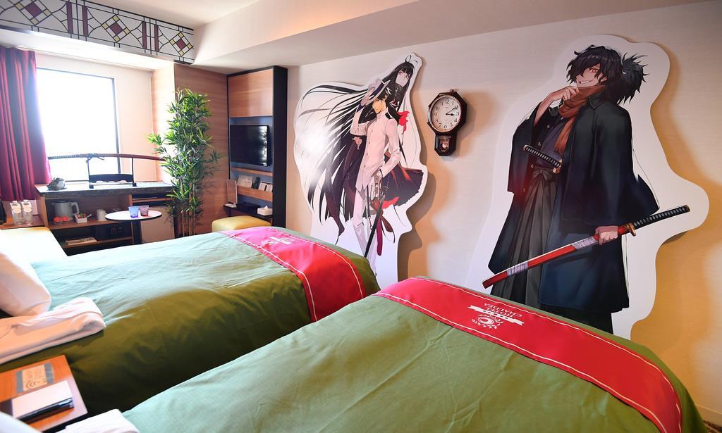 スマートフォンのゲーム、Fate/Grand Orderの世界観をイメージして小物などが配置された池袋プリンスホテルの客室=3日、東京都豊島区(納冨康撮影)