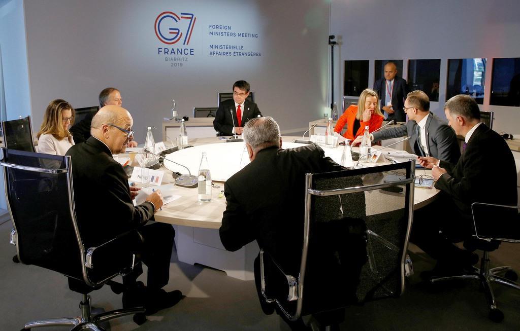 6日、仏西部ディナールでのG7外相会合に出席した河野太郎外相(中央)ら(ロイター)