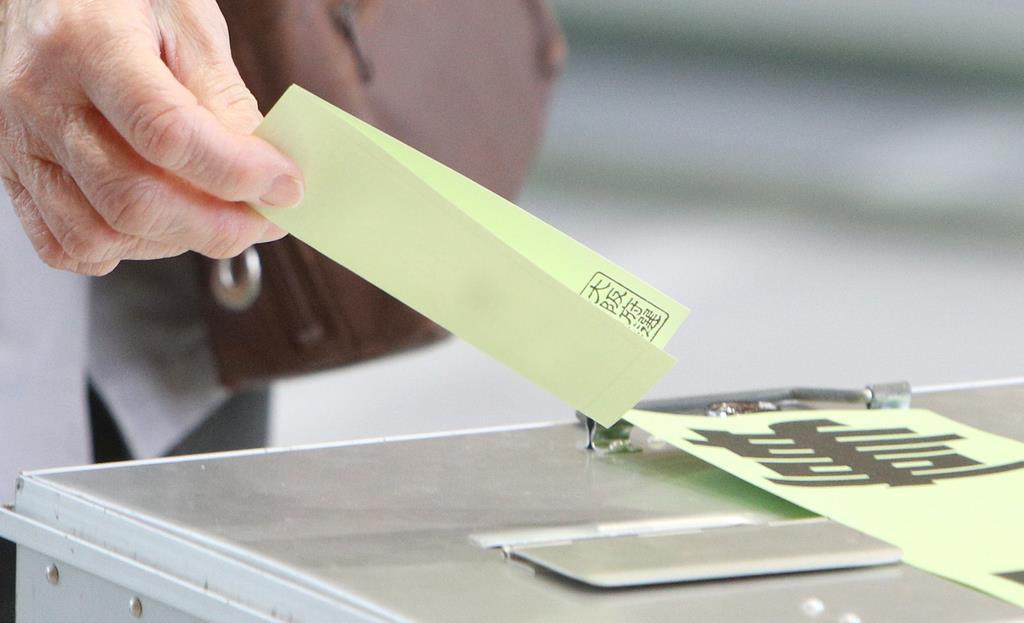 投票する有権者=7日午前、大阪市福島区の市立吉野小学校(寺口純平撮影)