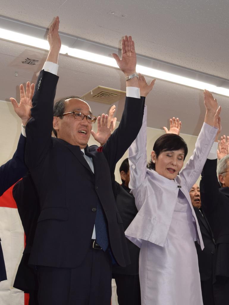 当選確実が報じられ、万歳三唱で勝利を祝う松井一実氏と浩子夫人=7日夜、広島市(服部幸一撮影)