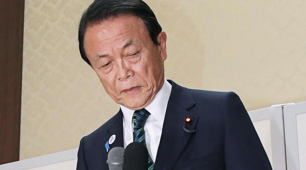 福岡県知事選で武内和久氏の落選が決まり、支援者らに頭を下げる麻生副総理兼財務相=7日夜、福岡市