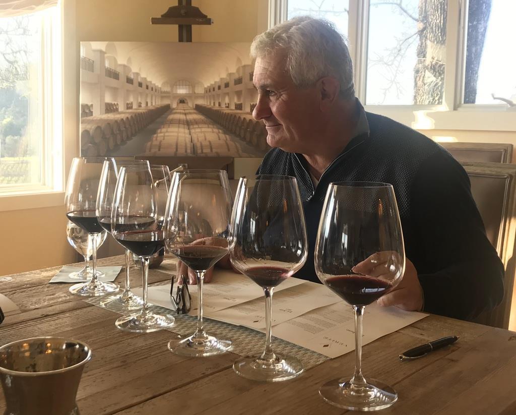 ボルドーを超えるワイン造りを目指してきたピエールさん。テロワールの個性を見極め、可能性を吹き込む絶妙なブレンドで〝奇才・巨匠・伝説〟などと称される