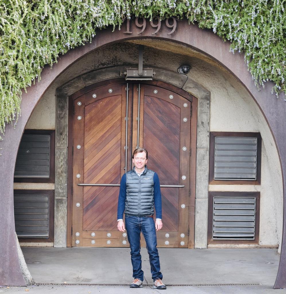 ラッドのワインメーカー、フレデリックさん。カーブの門は幸運の象徴とされる馬蹄型