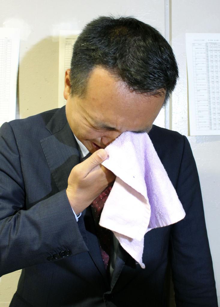 相模原市議選の中央区選挙区で、最下位当選者を決めるくじを引き当て涙を流す今宮祐貴氏=8日未明、相模原市内の開票所