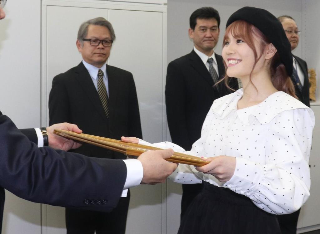 千葉県警の小見川裕地域部長から感謝状を受け取るAKB48の込山榛香さん=9日、同本部(白杉有紗撮影)