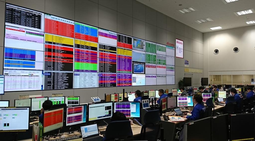 携帯電話の基地局など、全国の通信機器の故障は遠隔監視している=東京都港区(NTTドコモ提供)