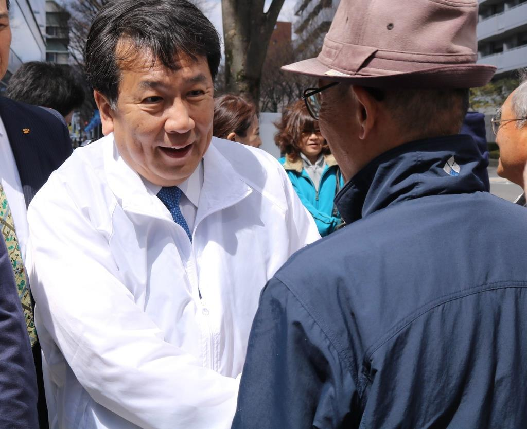 支援者らと握手する立憲民主党の枝野幸男代表(左)=3月31日、大津市