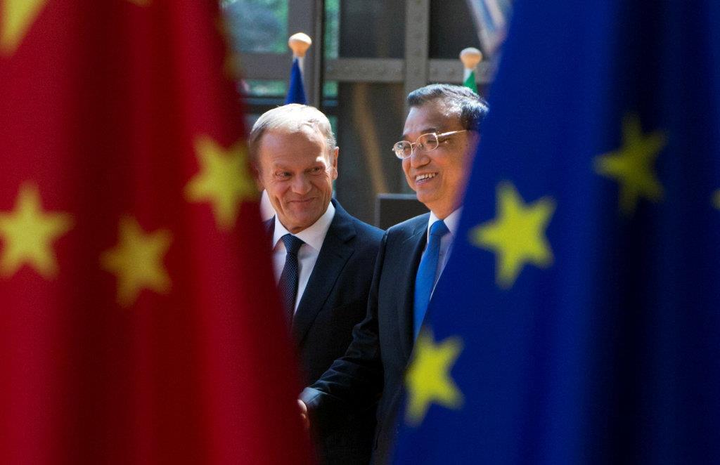 (左から)EUのトゥスク大統領と中国の李克強首相(ロイター)