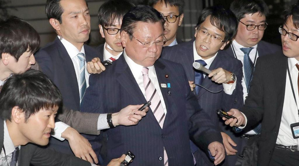 官邸入りする桜田義孝五輪担当相=10日午後、首相官邸(春名中撮影)