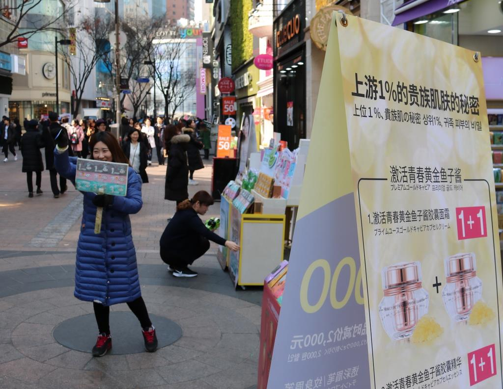 韓国・ソウルの繁華街・明洞(ミョンドン)では、中国語表示の看板が目立つものの、中国人団体観光客は姿を消していた(桜井紀雄撮影)