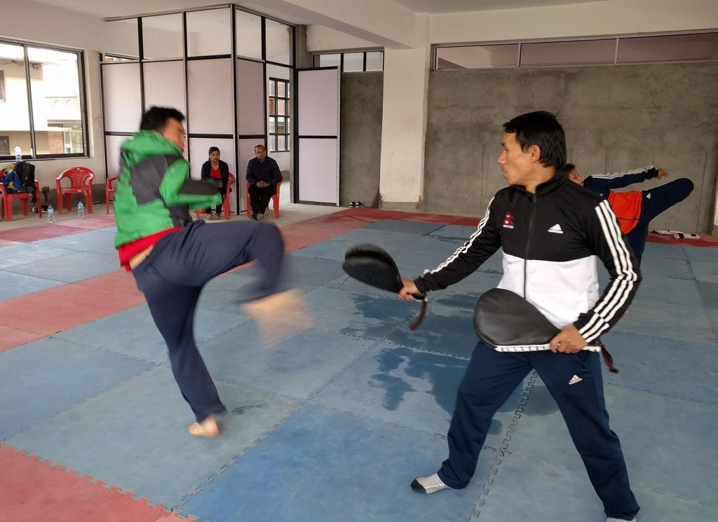 東京パラリンピックのネパール・テコンドー代表チームのメンバーら(水場あけみ理事長提供)
