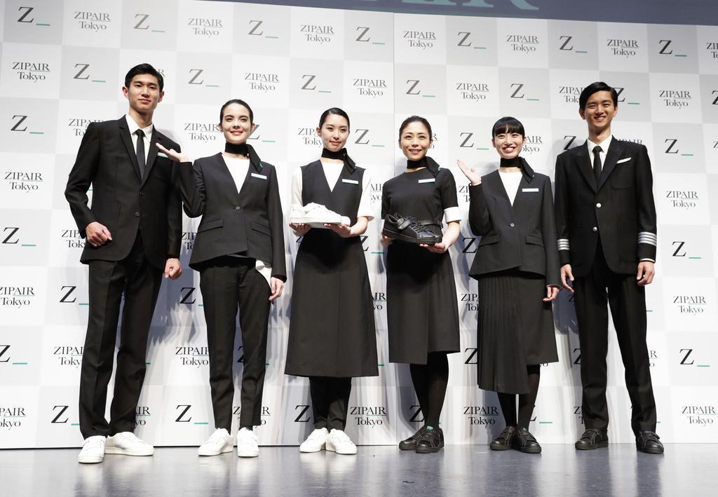 日航グループのLCC、ジップエアが発表した客室乗務員やパイロットらが着用する制服。動きやすさが重視され、靴はスニーカー=11日午後、東京都渋谷区