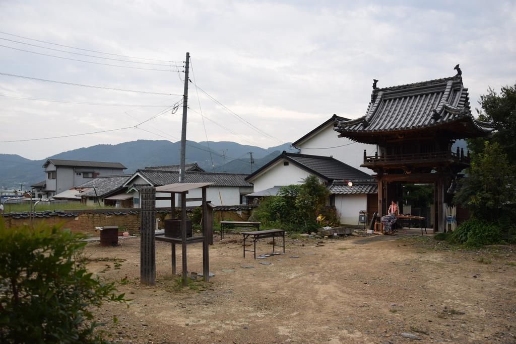 本堂が取り壊され、山門(右奥)を残す妙楽寺境内=和歌山県橋本市