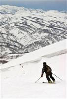 季節はずれの初滑り 月山でスキー場開き 山形