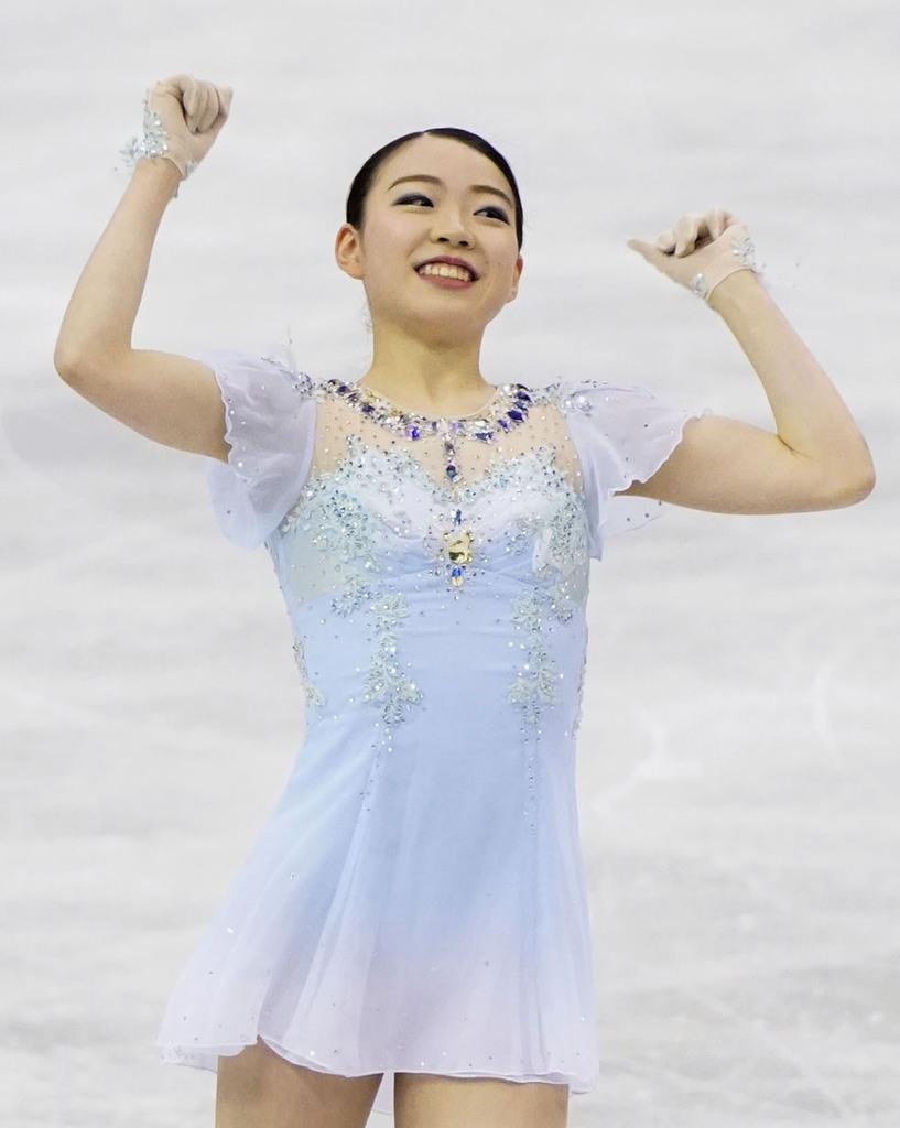 フィギュアスケートの世界国別対抗戦で女子SPの演技を終え、ガッツポーズする紀平梨花。世界最高得点をマークして1位となった=11日、マリンメッセ福岡