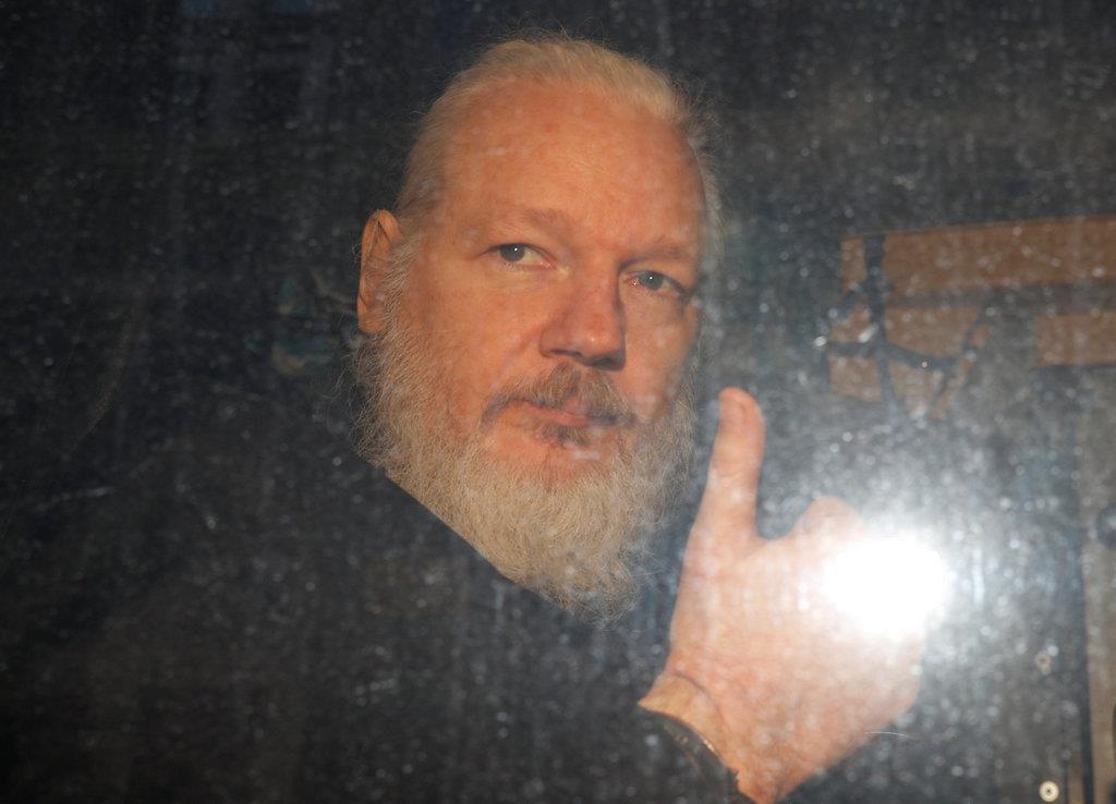 逮捕された「ウィキリークス」創設者のジュリアン・アサーンジ氏=11日、ロンドン(ロイター)