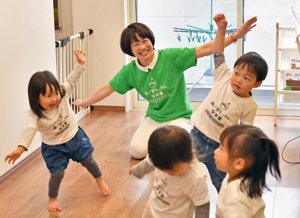 笑顔で子供たちとふれ合う「森ノ宮もっきん保育園」代表の島美智子さん=大阪市中央区(南雲都撮影)