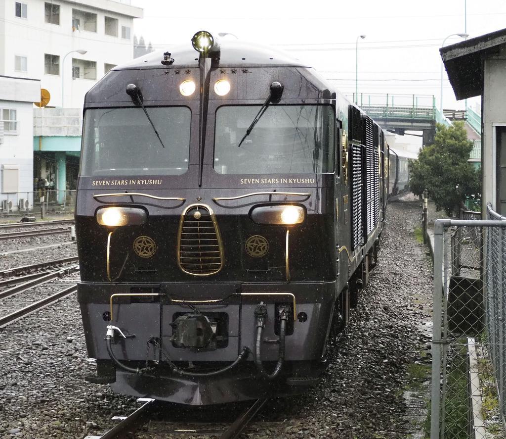 JR九州の豪華寝台列車「ななつ星in九州」=2月、大分県日田市