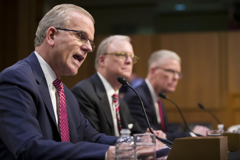 米議会上院の航空宇宙小委員会の会場に入った連邦航空局のエルウェル長官代行(左)ら=3月27日、ワシントン(AP)
